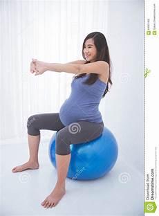 Femme Enceinte Asiatique Faisant L Exercice Avec Une