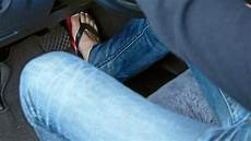 autofahren mit flip flops ist das autofahren mit flip flops oder badelatschen
