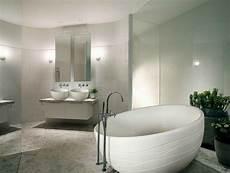 runde freistehende badewanne mit badarmaturen aus