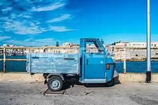 altes dreirad auto in italienischer hafenstadt phopress