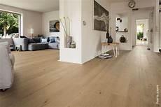 offener küchen wohnbereich mit unserem parkett eiche puro bringst du licht deinen offenen wohnbereich living room