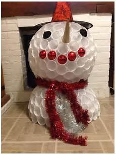deco de noel avec bouteille en plastique 94257 voici un bonhomme de neige r 233 alis 233 avec des gobelets en plastique sur le site http www
