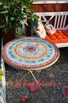 Ein Bunter Tisch Mit Einem Selbstgemachten Mandala Aus