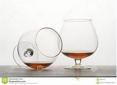 bicchieri da cognac due bicchieri da cognac sulla tabella