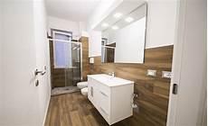 rivestimento bagno effetto legno ristrutturazione appartamento con effetto legno di