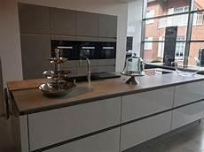 keramik arbeitsplatte küche keramik k 252 chenfronten im beton dekor mit einer k 252 cheninsel