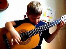 comment jouer de la guitare pi 232 ce pour enfants d 233 butants guitare classique 201 tude