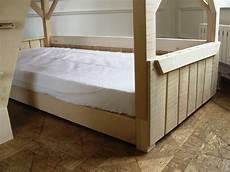 lit cabane enfant couchage en bois vernis naturel