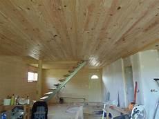plafond lambris bois notre chalet qu 233 b 233 cois d 233 but du lambris au plafond au rdc