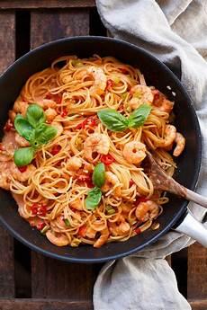 gerichte mit tomaten nudeln mit garnelen und tomaten sahnesauce 20 min