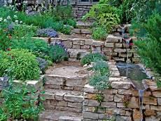 Wasserlauf Am Gartenhang Mit Natursteinen Und Treppe Im