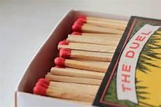 Gambar Pensil Kayu Menyalakan Kotak Korek Api