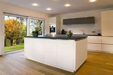 küche l form mit insel glasportal f 252 r hausflur als windfang oder raumteiler mit