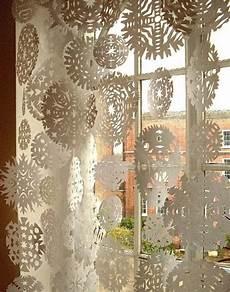 H 228 Ngende Papier Schneeflocken Am Fenster Zu Weihnachten
