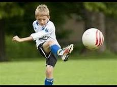 Lucu Anak Kecil 2th Bermain Bola Di Lapangan