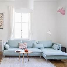 Hellblaues Sofa In Wohnzimmer Einer 3 Zimmerwohnung In
