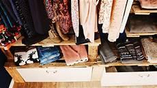 kleiderschrank aus paletten ᐅ schrank aus paletten begehbarer kleiderschrank aus