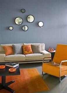 wohnzimmer wandfarbe grau orange akzente deko runde spiegel in 2019 wohnzimmer streichen