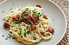 Spaghetti Aglio E Olio - using pasta water in spaghetti aglio e olio with