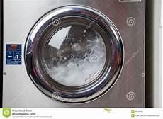 wasser in spülmaschine wasser das in waschmaschine spinnt stockbild bild