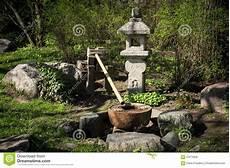 fontaine jardin japonais fontaine dans le jardin japonais photo stock image 67674926