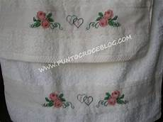 punto croce asciugamani bagno asciugamani bagno ricamati a punto croce con lettere