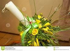 dei fiori battesimo disposizione dei fiori gialla per la candela di battesimo