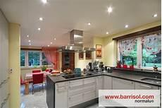 cuisine intégrée bois hauteur faux plafond pour spot led set de trois spots led
