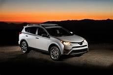 de plus 2017 2017 toyota rav4 gets new lower price 187 autoguide news