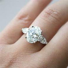 great guide to oval cut diamond engagement rings