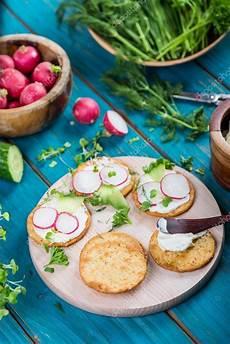 healthy snacks with cottage cheese gesunde snacks cracker mit frischk 228 se und frischem gem 252 se