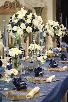 the classic navy blue and broken white wedding table