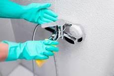 kalk entfernen in der dusche so geht s richtig und effektiv