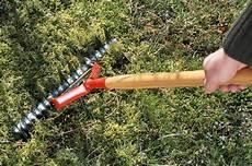 enlever mousse gazon rateau comment 233 liminer la mousse sur le gazon la scarification