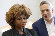 Wie Alt Ist Tina Turner - wie echt ist die falsche tina turner