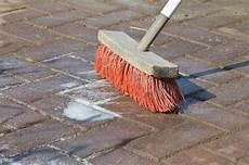 terrassenplatten reinigen hausmittel reinigung pflege betonplatten diephaus