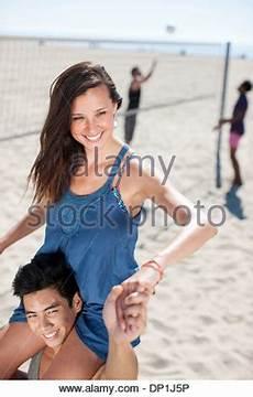 Mann Mit Seinem Freund Auf Seinen Schultern Im Schwimmbad