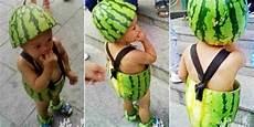lucunya bocah ini pakai celana dan topi dari semangka merdeka com