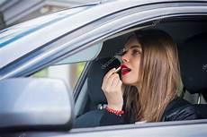 im auto junge frau schminken w 228 hrend im auto stockfoto