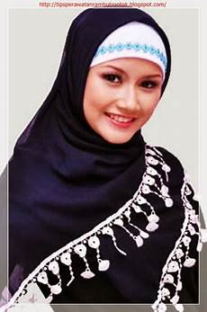 27 Gaya Terkini Model Jilbab Wisuda Terbaru Untuk Wajah Bulat