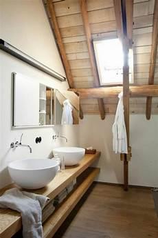 bad aus holz badezimmer mit einem h 246 lzernen dach und regale aus holz