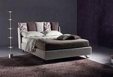 letto con cuscini letto imbottito con contenitore piumotto letto con