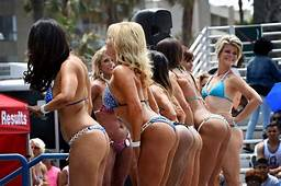 Bikini Beauties Show Off Their Physiques At Muscle Beach