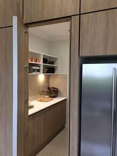 küche mit versteckter speisekammer concealed walk in pantry door open in 2019 k 252 che