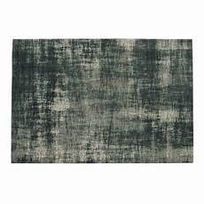 blauer teppich blauer teppich mit jacquardmuster 140x200 maisons du monde