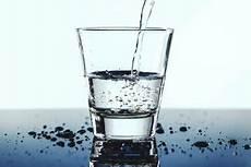 quanti bicchieri d acqua bisogna bere al giorno quanti litri di acqua bisogna bere al giorno