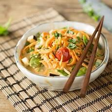 Asiatische Glasnudel Bowl Mit Lachs Und Sesam
