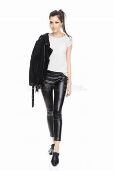 weise kuche mit schwarzer junge frauen mode modell in der schwarzen jacke stockbild