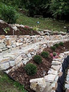 gartengestaltung mit naturstein garten trockenmauer naturstein hanggarten