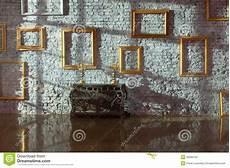 cornici da muro cornici vuote sul muro di mattoni immagine stock
